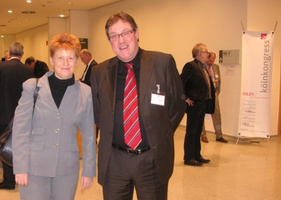 Bild: Petra Pau , stv. Bundestagspräsidentin und Artur Luhr im Anschluss der Podiumsdiskussion.